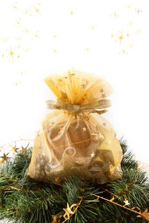 coronas navidenas: Coronas de Navidad con regalo de Navidad en el fondo blanco