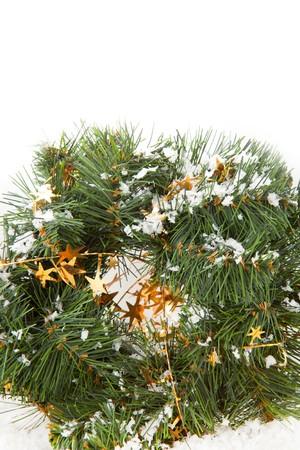 coronas de navidad: Coronas de Navidad con estrellas doradas sobre el fondo blanco  Foto de archivo