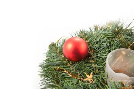 coronas de navidad: Coronas de Navidad con juguetes de Navidad en el fondo blanco  Foto de archivo