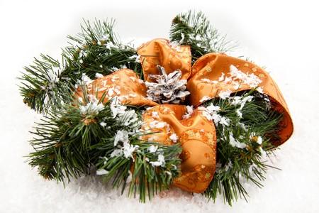 coronas navidenas: Coronas de Navidad con el cono de bosque en el fondo blanco