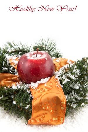 coronas navidenas: Coronas de Navidad con manzana roja fresca sobre el fondo blanco Foto de archivo