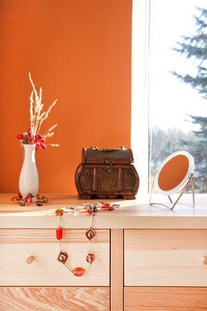 Old style chest with jewellery and mirror in the interior 版權商用圖片 - 8308830