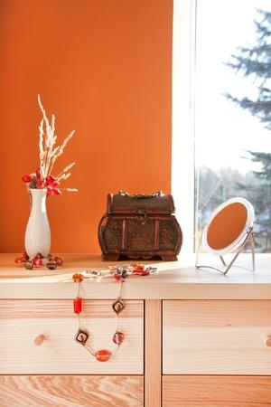 Oude stijl borst met juwelen en spiegel in het interieur