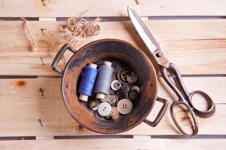 antique scissors: Vecchie forbici, Cotoni e pulsanti sulla scrivania in legno Archivio Fotografico
