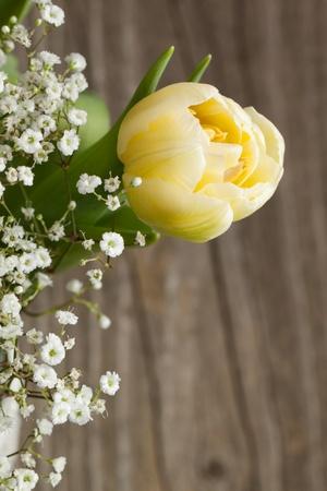 Bouquet de tulipes jaunes et de petites fleurs blanches sur fond en bois Banque d'images - 9509368