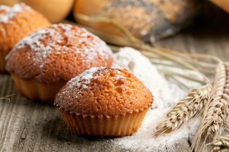 Frische hausgemachte Kuchen, Mehl und Spikes von Roggen auf alten Holztisch