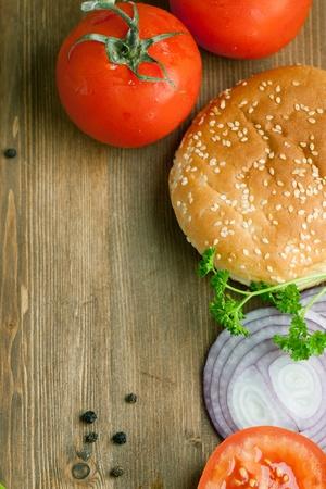 在拖新鮮西紅柿,漢堡俯視圖
