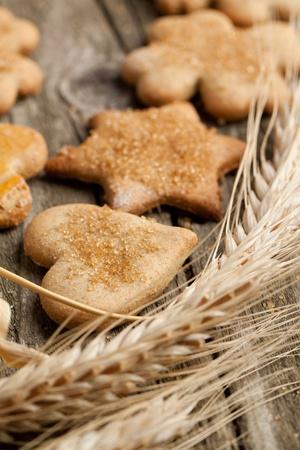Huisgemaakte suiker cookies met rogge op oude houten tafel