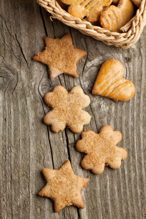 Vista dall'alto sui cookie di zucchero fatti in casa sul vecchio tavolo di legno Archivio Fotografico