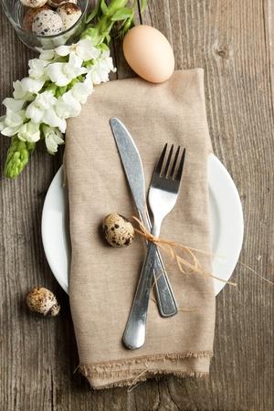Ostern Tischdekoration mit Blumen und Eier auf alten Holztisch