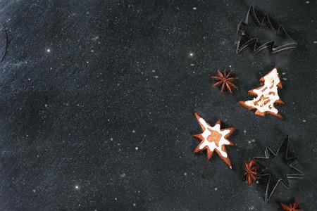 galletas de navidad: Galletas de Navidad en negro el fondo de piedra. Vista superior.
