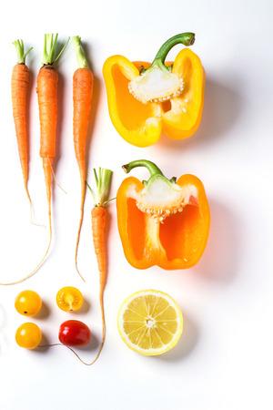 zanahorias: Conjunto de conjunto y en rodajas rojo, naranja y verduras de color amarillo sobre fondo blanco. Vista superior