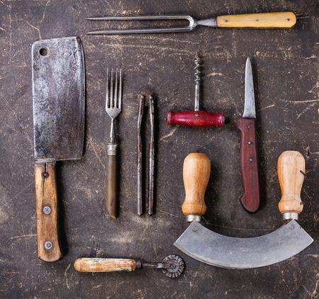 cookware: Conjunto de utensilios de cocina de la vendimia sobre fondo oscuro. Vista superior