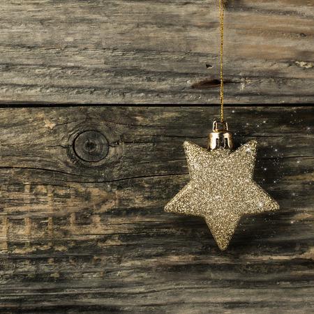 Estrella de Navidad de oro sobre fondo de madera de la vendimia. Imagen Cuadrado Foto de archivo - 42949881