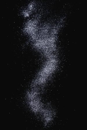 azucar: Tamizar el az�car en polvo sobre fondo negro.