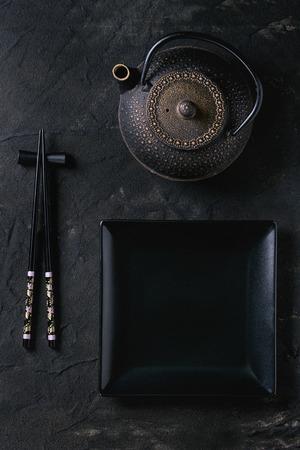 ブラック塗装箸レスト、空の正方形のプレート、鉄急須箸黒織り目加工の表面。フラットが横たわっていた。