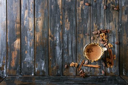 ホット チョコレート、ナッツ、キャラメル、スパイスと装飾のヴィンテージのマグカップ。上記の食材。みじん切り暗くおよび白いチョコレート、 写真素材