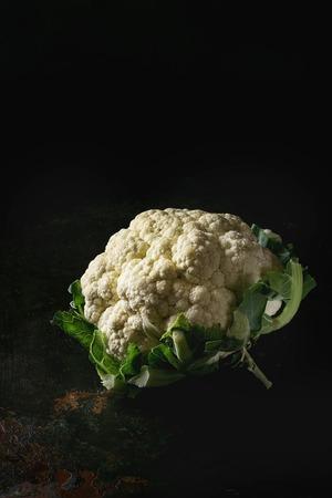 어두운 질감 배경 위에 흰색 신선한 유기농 콜리 플라워. 건강한 먹는 개념 스톡 콘텐츠