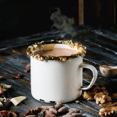 ホットチョコレートのヴィンテージマグカップ、ナッツ、キャラメル、スパイスと装飾。上記の成分。刻んだ暗いと白いチョコレート、カカオ豆、