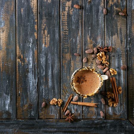 ホットチョコレートのヴィンテージマグカップ、ナッツ、キャラメル、スパイスの装飾。上記の成分。刻んだダークとホワイトのチョコレート、カ