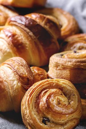Variété de petits pains de pâte feuilletée faits maison, brioches à la cannelle et croissant. Fermer. Banque d'images