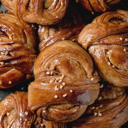 Close up of traditional Swedish cinnamon sweet buns Kanelbulle. Food background 版權商用圖片