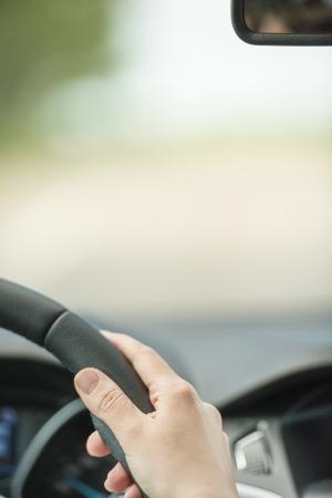 manejando: Persona que conduce un coche con vista de la carretera borrosa y el �rea de copyspace Foto de archivo