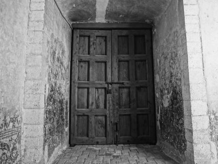 Ancienne porte couvent Banque d'images - 54643750