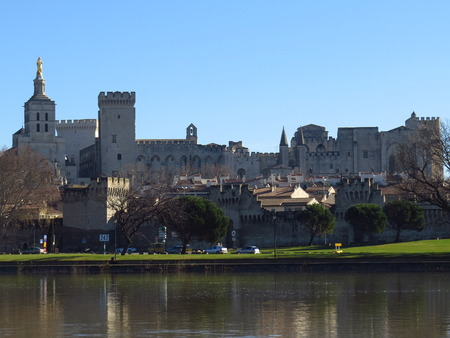 vue: Vue panoramique sur Avignon, le Palais des Papes et le Pont Saint-Benezet - Panoramic view of Avignon, the Papal Palace and the St. Benezet Bridge, France Editorial