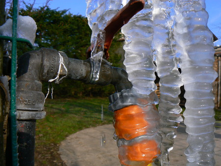 campagne: Robinet de jardin pris par la glace, stalactites