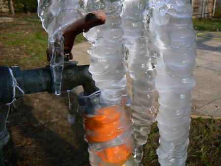 glace: Robinet de jardin pris par la glace, stalactites