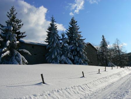 La neige d'hiver dans les montagnes des Alpes, France Banque d'images - 49265530