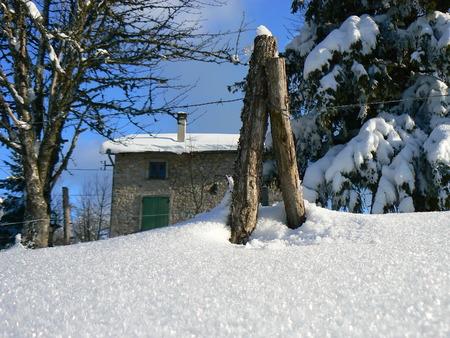 La neige d'hiver dans les montagnes des Alpes, France Banque d'images - 49265555