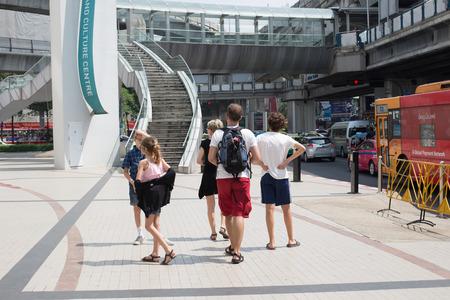 union familiar: BANGKOK, Tailandia FEBRERO 7,2016: los turistas no identificados de la familia, los turistas vienen a visitar el arte de Bangkok y el centro de la cultura en Pathumwan uni�n, Bangkok, Tailandia, febrero 7 el a�o 2016 Editorial