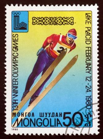ein Stempel von der Mongolei Show Lake Placid 80emblem gedruckt, circa 1980