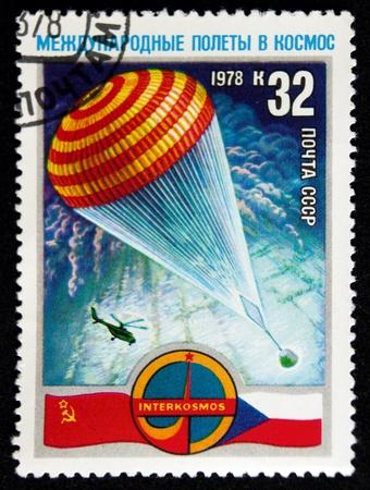 Ein Stempel in der UdSSR gedruckt zeigt Fallschirm mit Raumfahrzeugen Kapsel, circa 1978