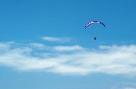 Parachute in einem bew�lkten Himmel Lizenzfreie Bilder