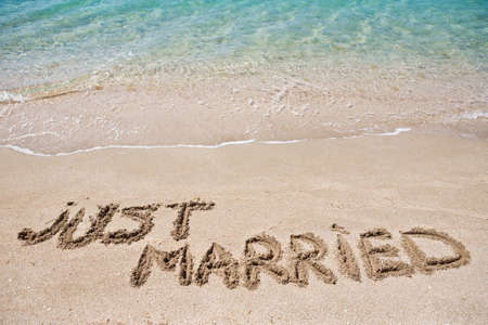 feleségül: Csak feleségül írt a homokban Stock fotó