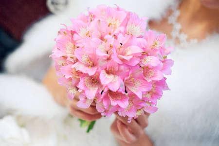 Bridal bouquet in the hands of the bride Standard-Bild