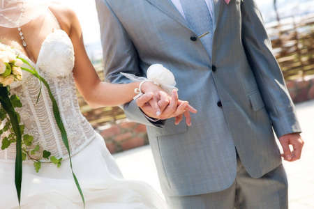 The bride and groom holding hands Standard-Bild