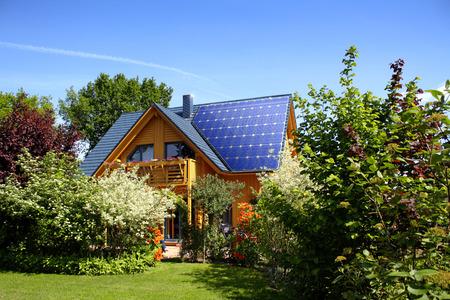 energia solar: Casa moderna con la energía fotovoltaica Foto de archivo