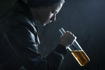 jovenes tomando alcohol: Alcohol Addict Foto de archivo