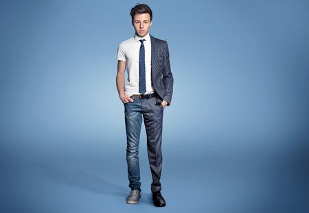 Junger Mann verkleiden, dass er bereit ist für Unternehmen