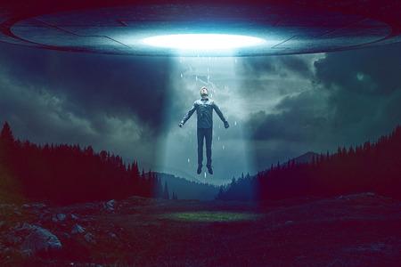 Man von UFO entführt Lizenzfreie Bilder