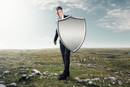 shield: Hombre con un escudo de hierro