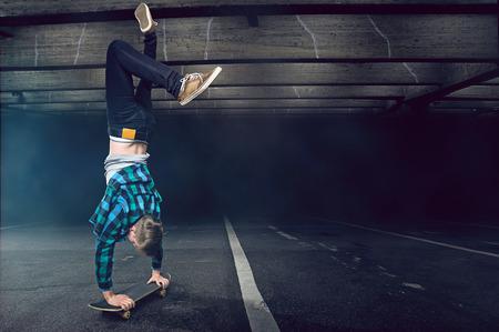 スケート ボードで逆立ち