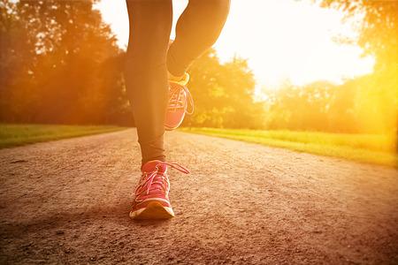 course � pied: Coucher de soleil Course Banque d'images