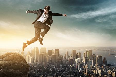Homme sautant vue sur la ville Banque d'images - 49697212