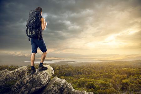mochila: Backpacker disfruta de una bonita vista