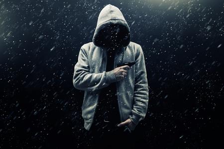 uomo sotto la pioggia: minaccia sconosciuta